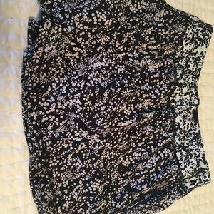 Lululemon skirt, black and white, size 6T.